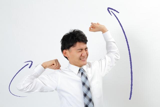 【ニットシャツの魅力1】ニットシャツは伸縮するので着心地がノンストレス。伸びをしても気持ちがいいのです。