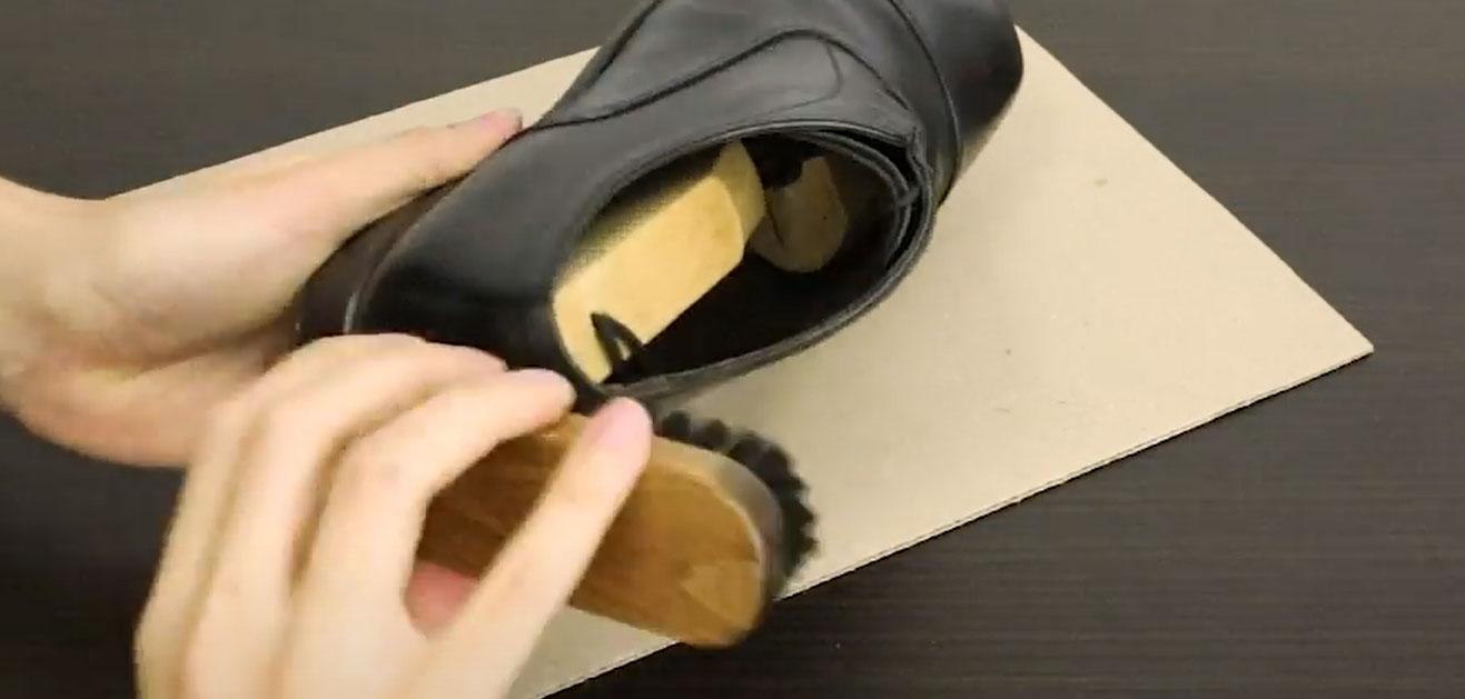 【革靴クリームを塗る手順02】初めに革靴の汚れを落とします。泥やホコリといった大きな汚れは、ブラッシングで。前回塗りこんだ古い革靴クリームは、リムーバーを使って落としていきます。