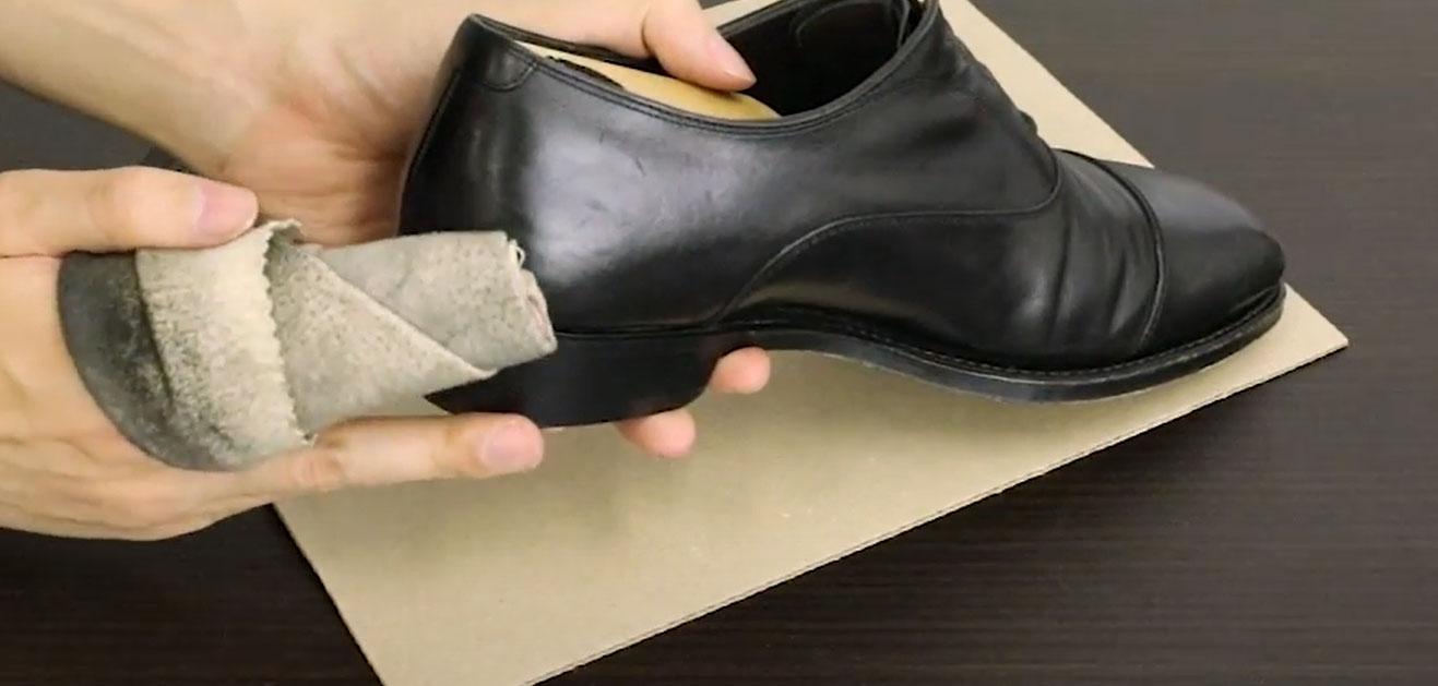 【革靴クリームを塗る手順03】汚れを落とした後、乳化性クリームを塗ります。一度にベタァ!と塗るのではなく、米粒大のクリームを少しずつ少しずつ塗り伸ばしていきましょう。