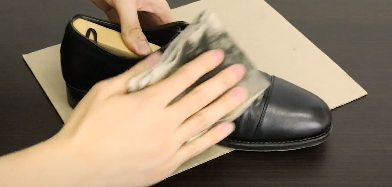 【革靴クリームを塗る手順06】ブラッシングで革靴クリームを馴染ませた後、布で全体を磨き上げて光沢を出します。