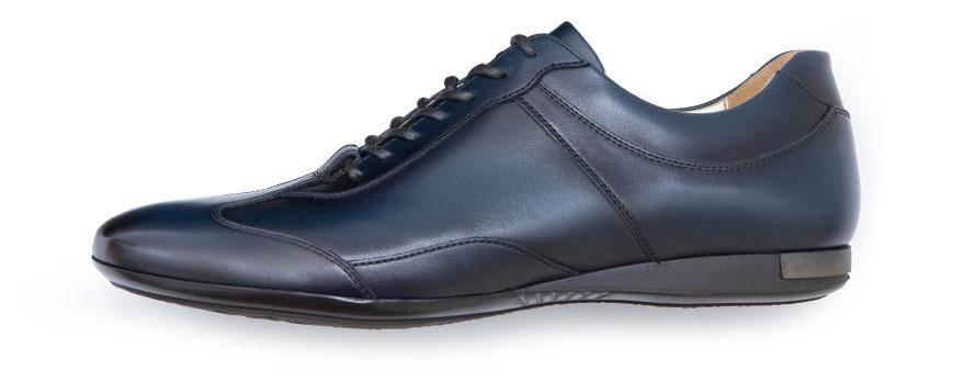 バンプが長く、革靴に近いデザインのスニーカーです。スーツとの相性が非常の高く、スニーカーだと気付かれないこともあると言います。