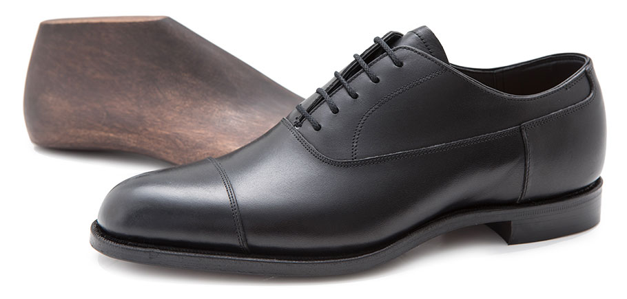 1足目の革靴なら、黒の内羽根ストレートチップで決まり。