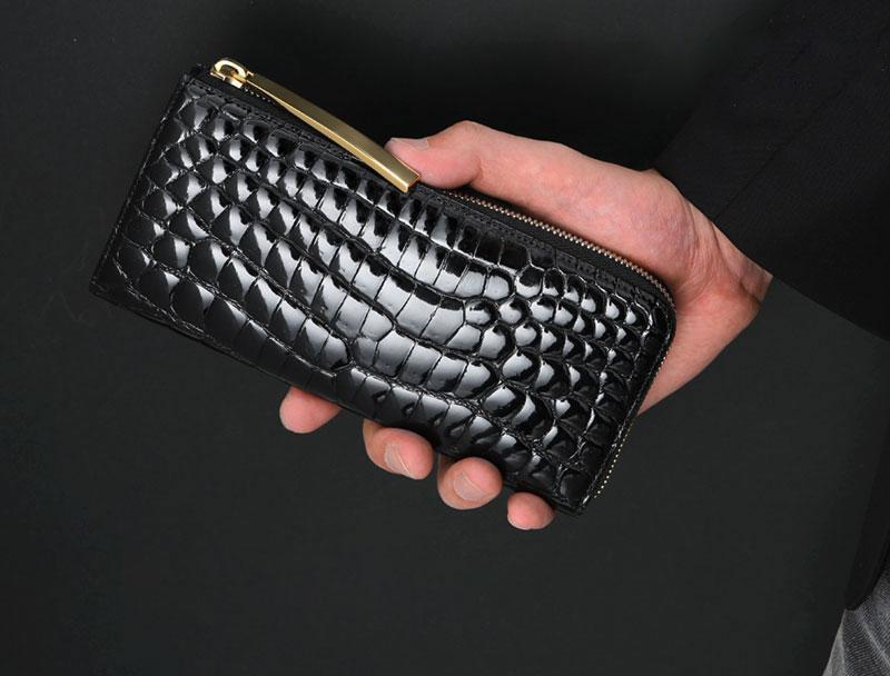 宝石のように艶やかなクロコ財布も、持ち主のグレードを1つ2つ挙げてくれるアクセサリーのように愛用する人も多いですね。