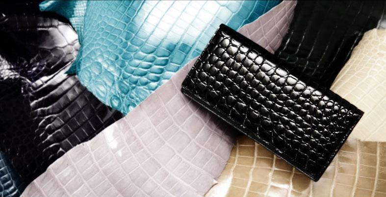 様々なカラーがあるクロコダイルのお財布。中でもブラックは定番カラー。