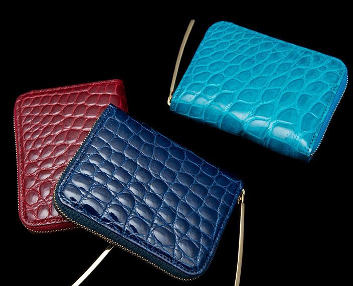 小さいサイズなので、ツヤ感や光沢、コーディネートのアクセントとして効く色味など、いつもの長財布では手にしにくい個性的な財布も選びやすいですね。