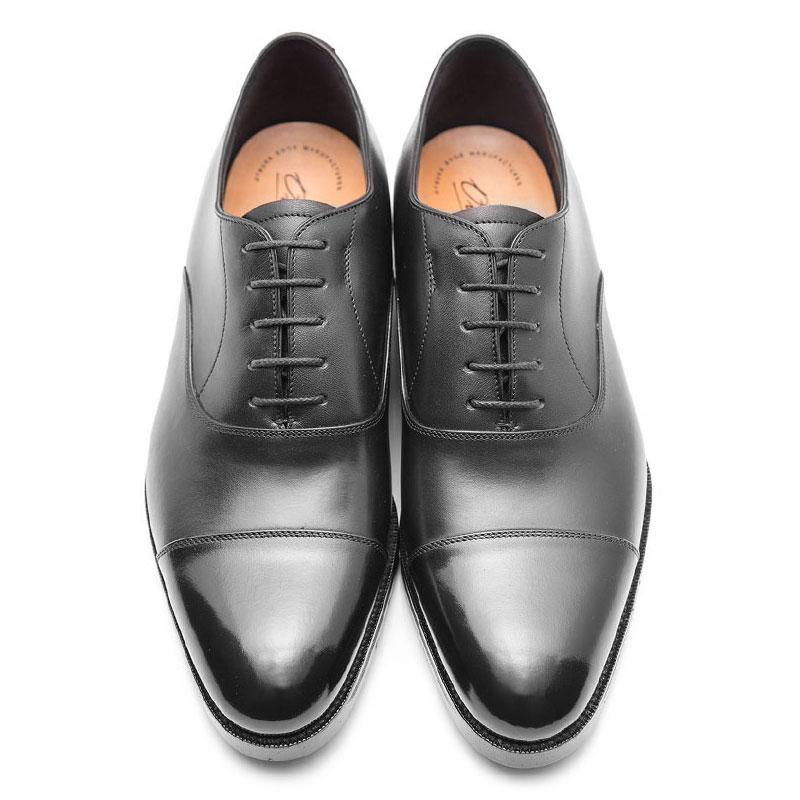 日本最古のシューメーカーである大塚製靴が仕立てた内羽根ストレートチップです。既成革靴の極致ともいえるのですが、流石に苦手なシチュエーションが無いワケではありません。休日コーデに合わせてしまうと、ちょっとチグハグな感じになってしまうのです。内羽根ストレートチップはビジネス専用。覚えておきましょう。