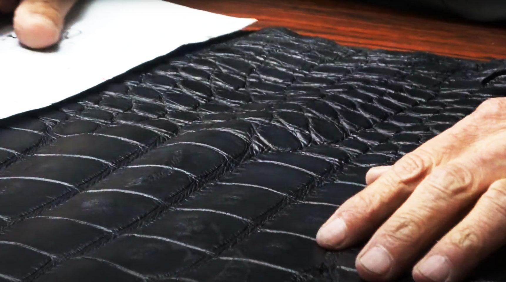 クロコダイルレザーには、四角い竹斑(たけふ)と丸い珠斑(たまふ)があり、それらをどうやって小物の模様として活かすかが職人の腕の見せ所と言われています。